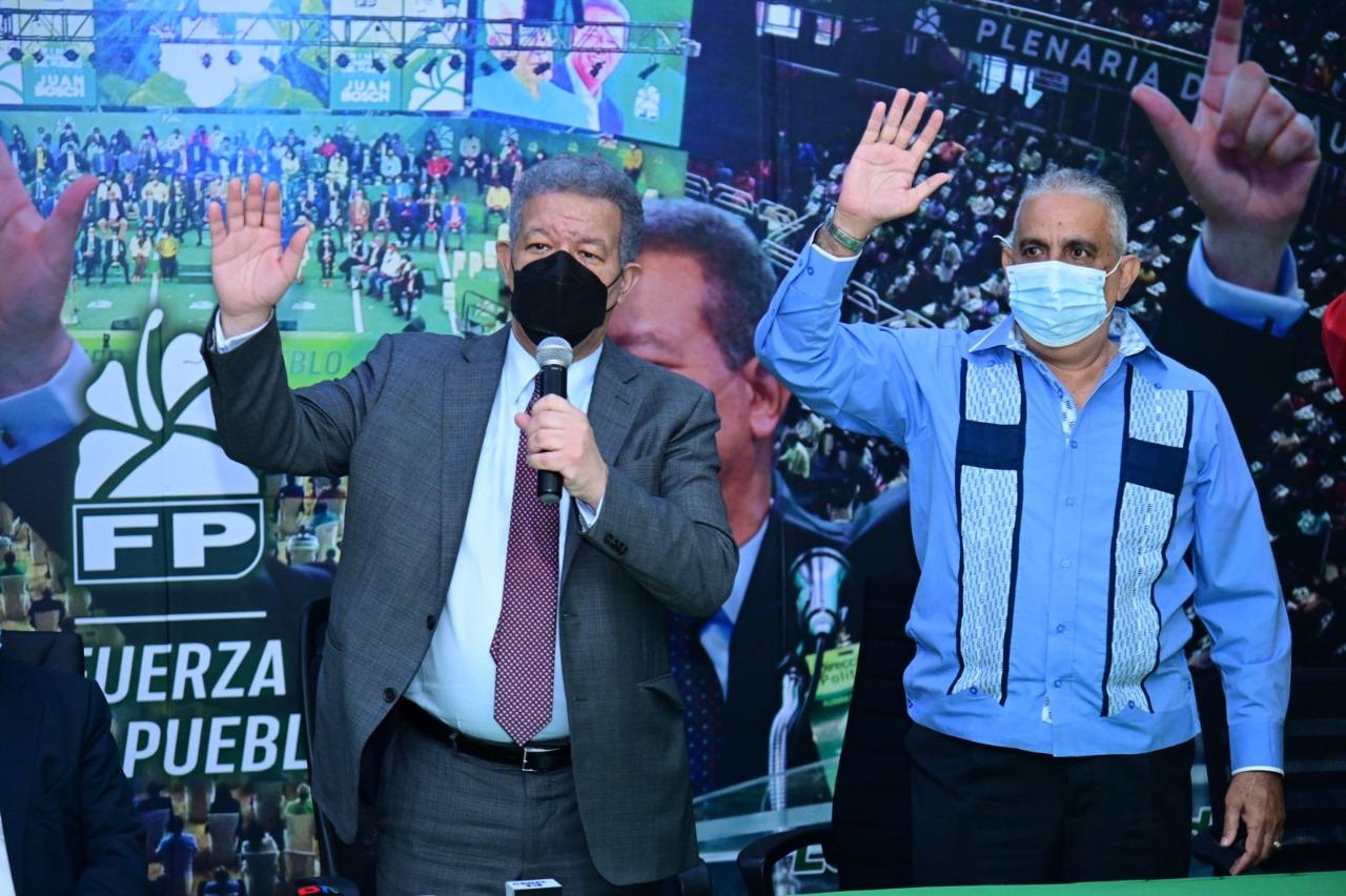 Exalcalde de Samaná Miguel Bezi, junto a decenas de expeledeistas, son juramentados por Leonel Fernández en la Fuerza del Pueblo